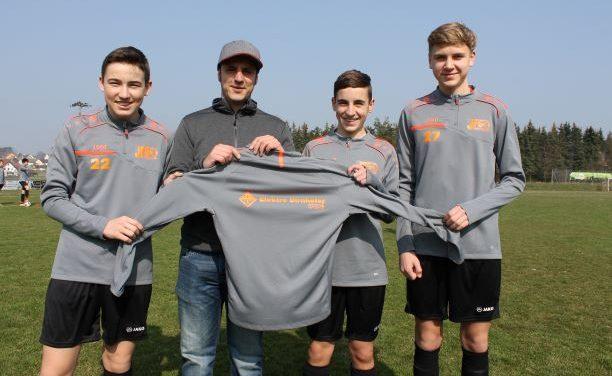 Elektro Dirnhofer GmbH stattet C-Jugend mit Aufwärmshirts aus
