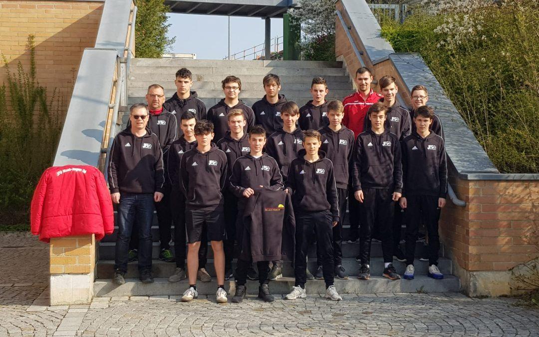 Sachverständigenbüro Helmut Pawlik stattet B-Jugend mit Sweatshirts aus