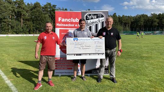 FC Bayern-Fanclub Hainsacker übergibt  Spende zur Förderung des Jugendfußballs