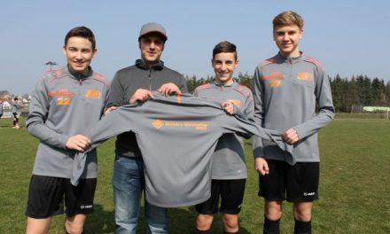 Elektro Dirnhofer GmbH stattet C-Jugend mit Aufwärmshirts aus.