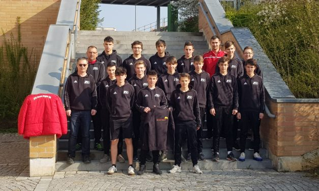 Sachverständigenbüro Helmut Pawlik stattet B-Jugend mit Sweatshirts aus.